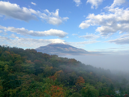 紅葉の富士山とエクシブ山中湖