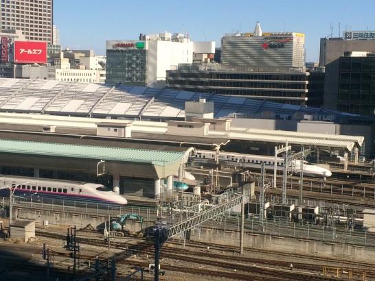 KITTEの屋上から新幹線を望む