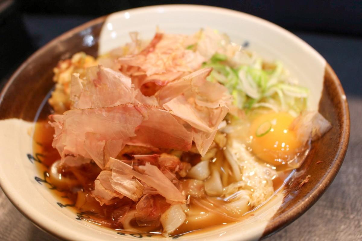 名古屋の新幹線ホームで「住よし」のきしめんを食べる